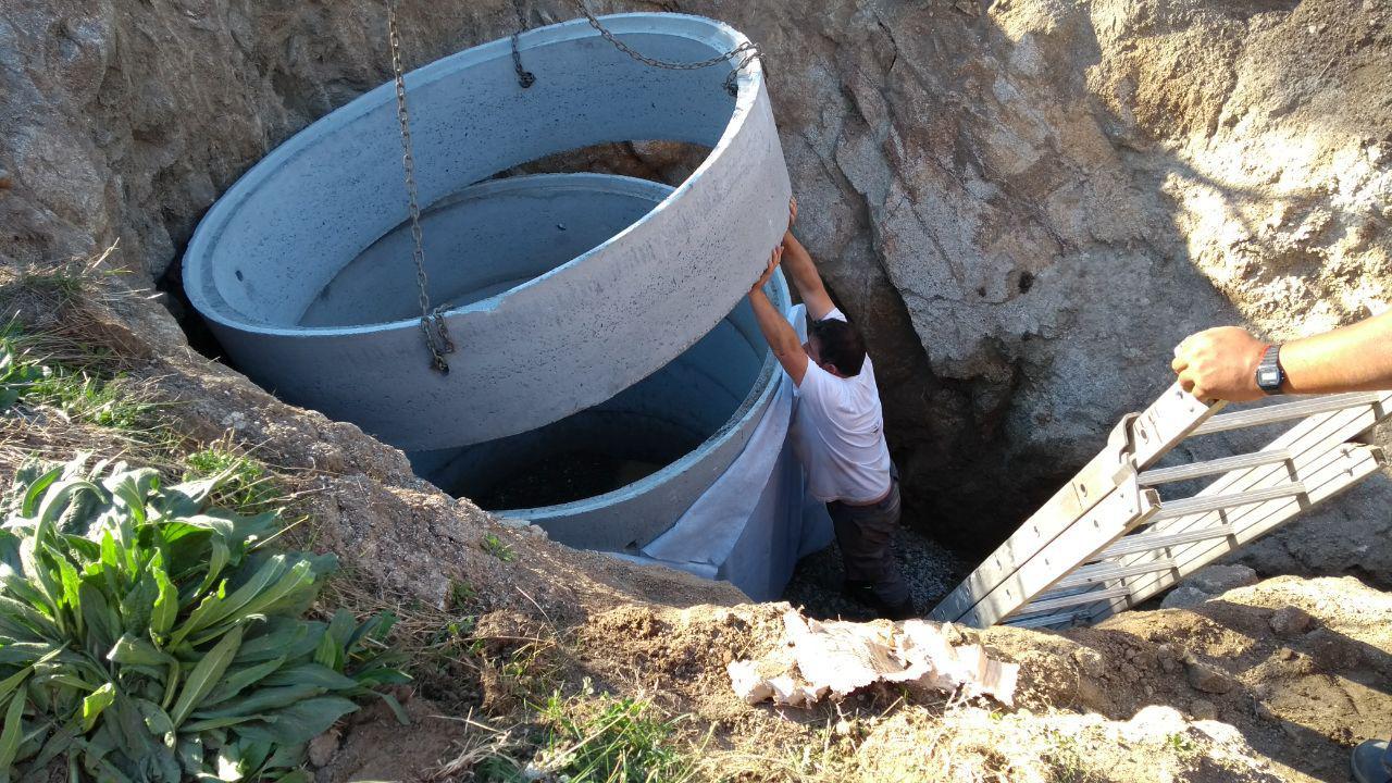 Einbau der Betonringe für den Brunnen