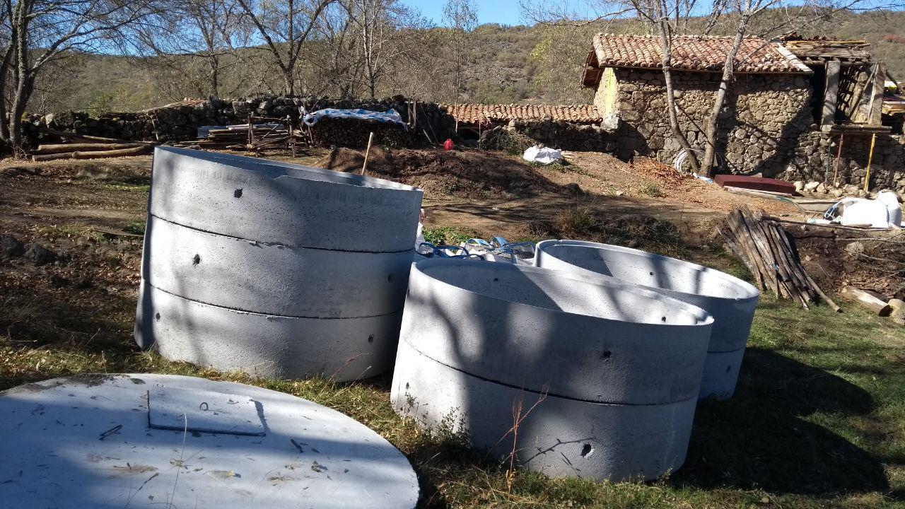 Die Betonringe für den Brunnenausbau wurden angeliefert