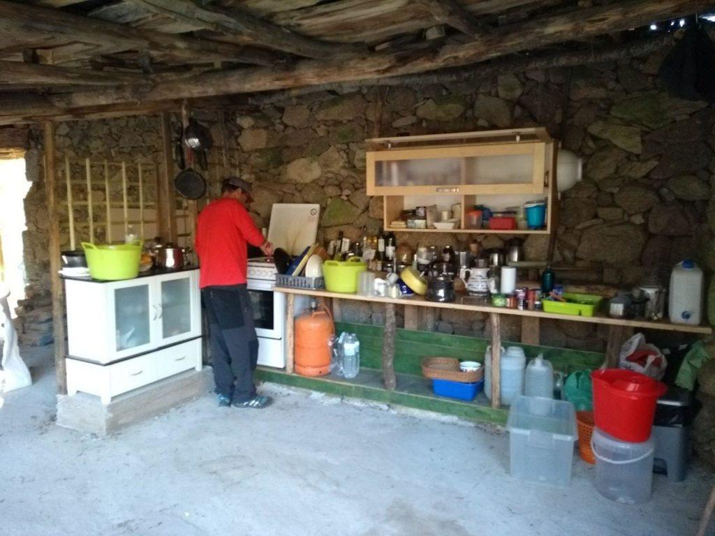 Der provisorische Küchenbereich sieht schon ganz brauchbar aus